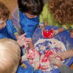 Explorăm nisip, apă, mălai, gelatină și multe altele